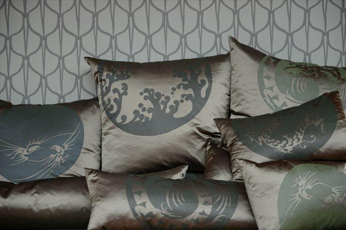 Emery cie a propos vitrines produits 2012 hiver mobilier co - Les coussins en satin ...