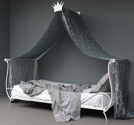 emery cie mechants enfants dormir rever lit princier. Black Bedroom Furniture Sets. Home Design Ideas