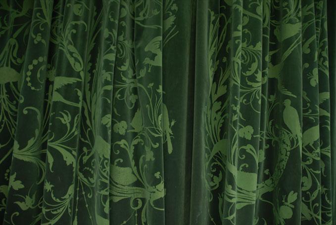 emery cie tissus faconnes rideaux classiques exemples velours vert fonce page 03. Black Bedroom Furniture Sets. Home Design Ideas